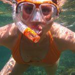 dziewczyna z maską i fajką pod wodą